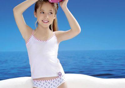 Art 3290 Conj. camiseta girls cbikini alg y lycra estampada. Lata de regalo Talles 4 al 10 Colores bcofucsia -bcoazul - rosabco - grisbco_1